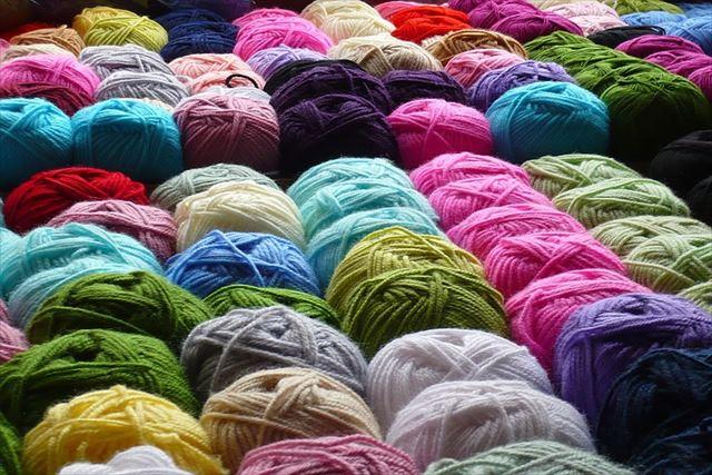 手編みで毛糸をお探しなら、各メーカーを1玉から種類豊富に選べる「株式会社ポプラ」